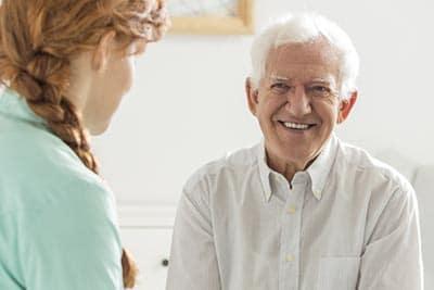 soignant s'adressant a une personne du 3ème âge