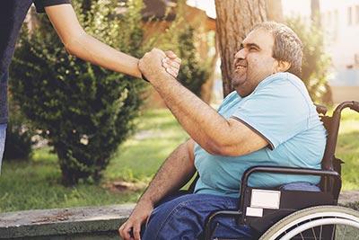 soignant accompagnant un porteur de handicap dans son projet personnalisé