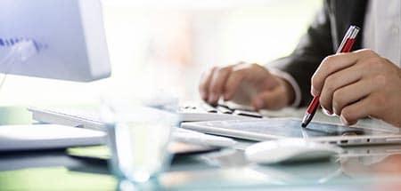 persoone travaillant sur une tablette tactile avec un stylet
